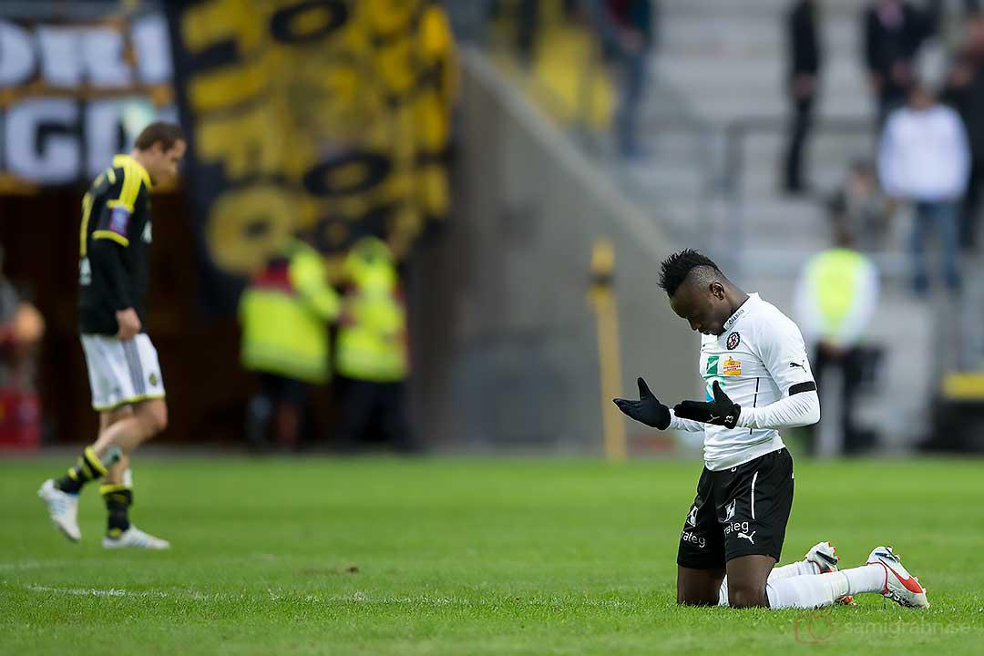 Örebro Samuel Mensah tackar Gud efter matchen , AIK Kenny Pavey hänger med huvudet