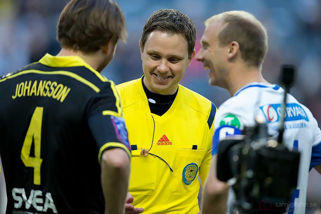 Domare Markus Strömbergsson singlar slant med lagkaptenerna