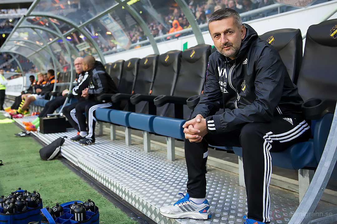 AIK assisterande tränare Nebojsa Novakovic på bänken