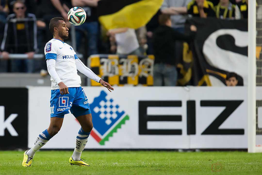 IFK Norrköping Isaac Kiese Thelin tar ned bollen