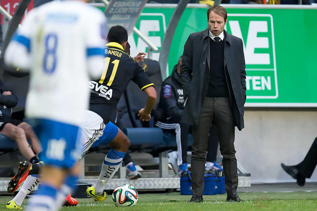 AIK tränare Andreas Alm deltar nästan i spelet
