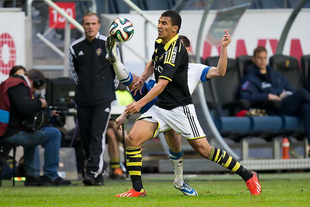 Hög spark av IFK Norrköping Nikola Tkalcic mot AIK Nabil Bahoui