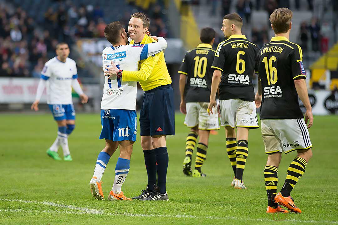 Domare Markus Strömbergsson får en kram av IFK Norrköping Christopher Nilsson Telo
