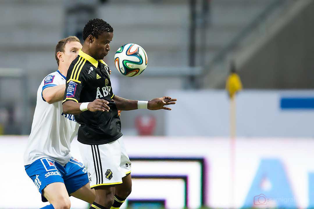 AIK Kennedy Igboananike stirrar på bollen