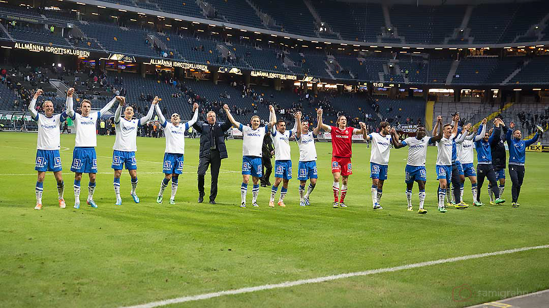 Efter matchen tackar IFK Norrköping sin tillresta klack med vågen