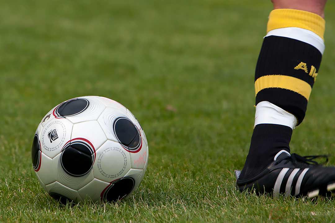 En fotboll och ett ben
