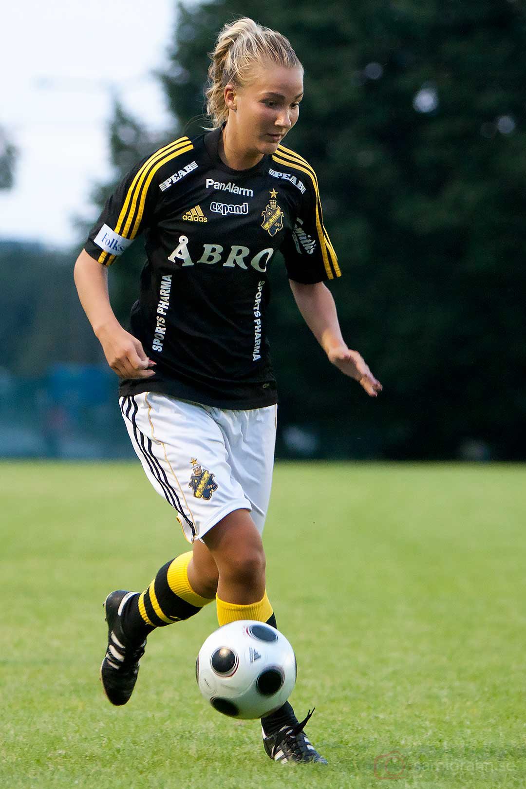 AIK Emma Lundh med bollkontroll