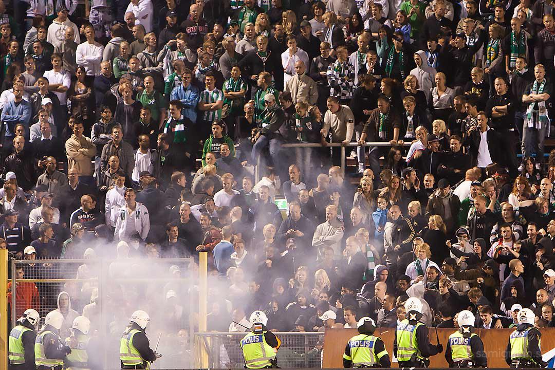 Skandalscener hos Hammarby-supportrar som röker på