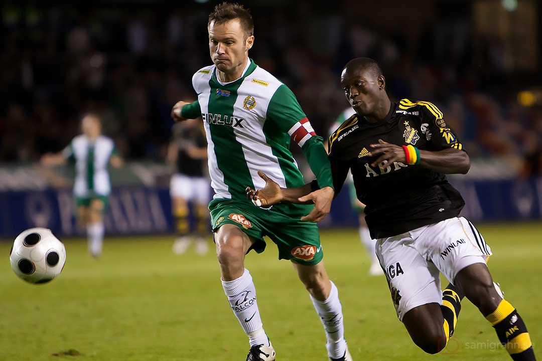 AIK Saihou Jagne försöker runda en Hammarbyförsvarare