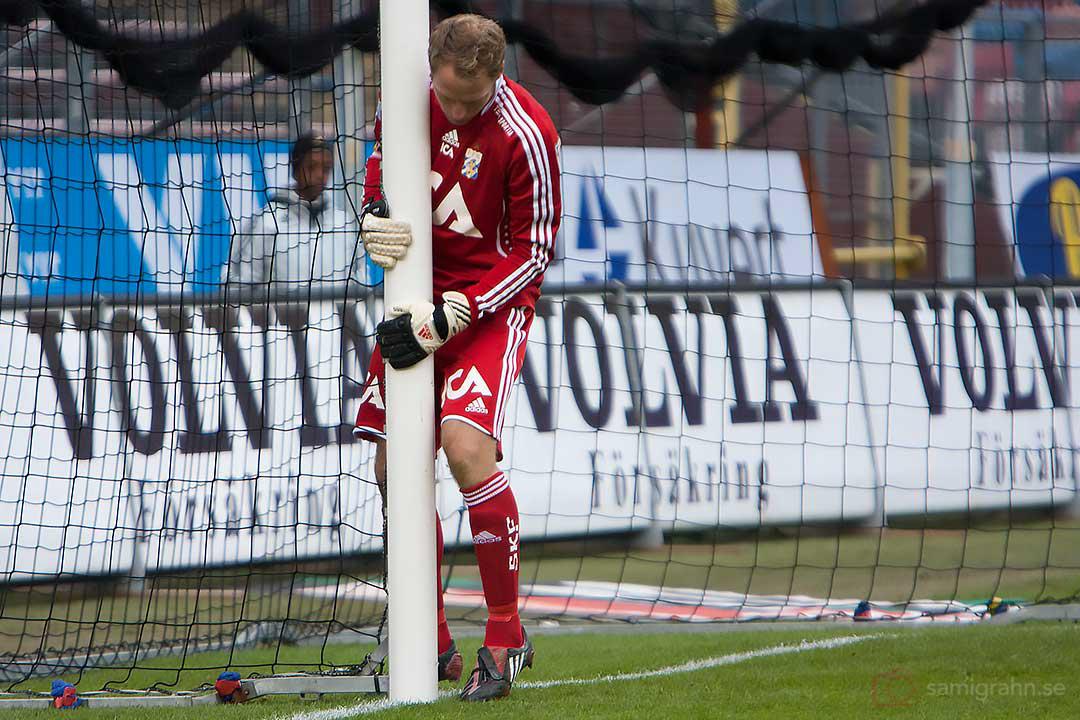 IFK Göteborgs målvakt Kim Christensen flyttar in stolpen