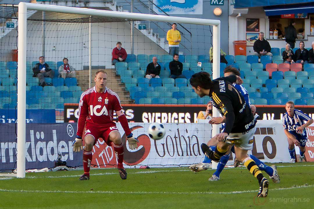 AIK Bojan Djordjic utmanar IFK Kim Christensen med en bredsida