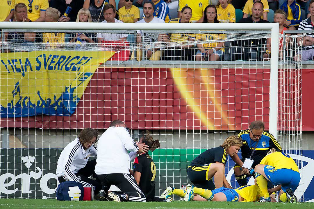 Tyskland Lena Lotzen och Sverige Caroline Seger knockas efter närkamp