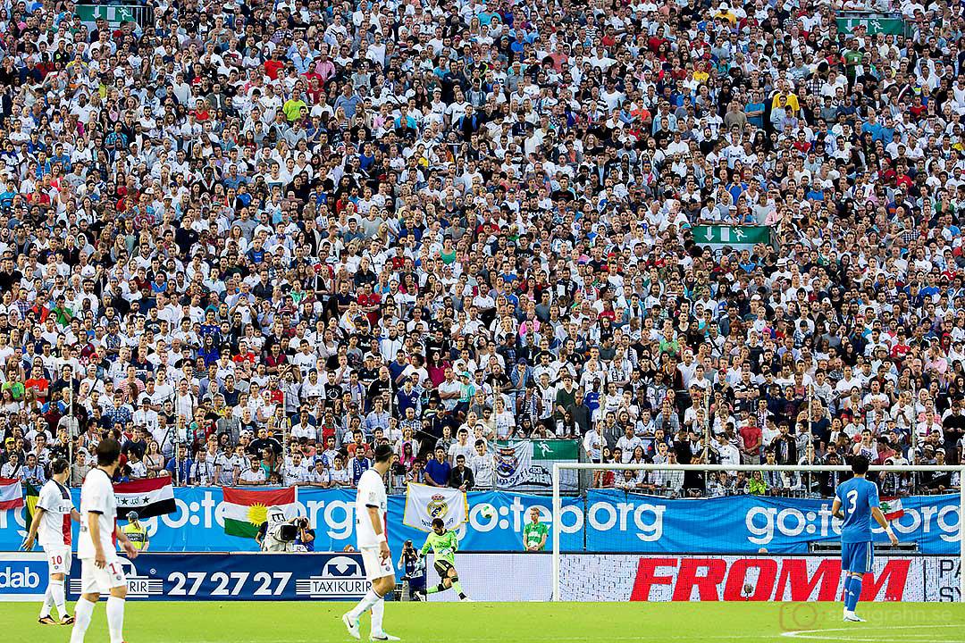 Real Madrid målvakt Diego Lopez framför en vägg av åskådare