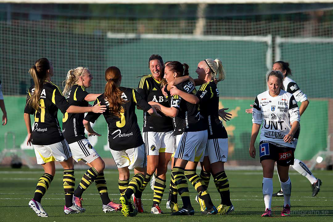 AIK Julia Molin gratuleras efter sitt mål