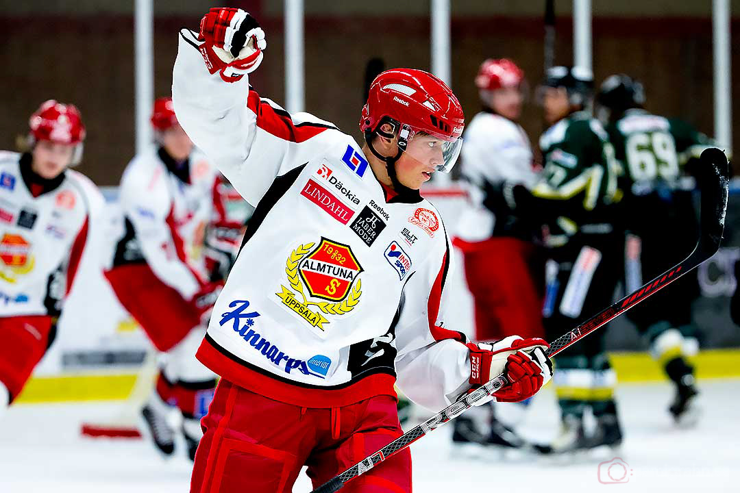 Almtuna Vicktor Aronsson jublar efter ett mål
