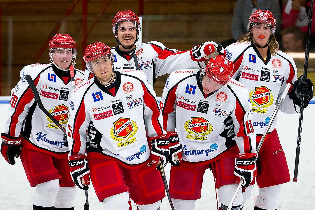 Almtuna Jesper Olovsson gratuleras efter sitt mål