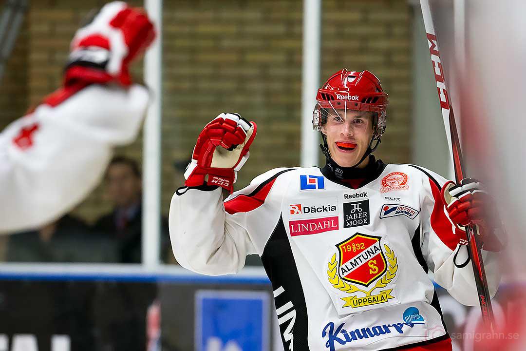 Almtuna Emil Larsson jublar efter sitt mål