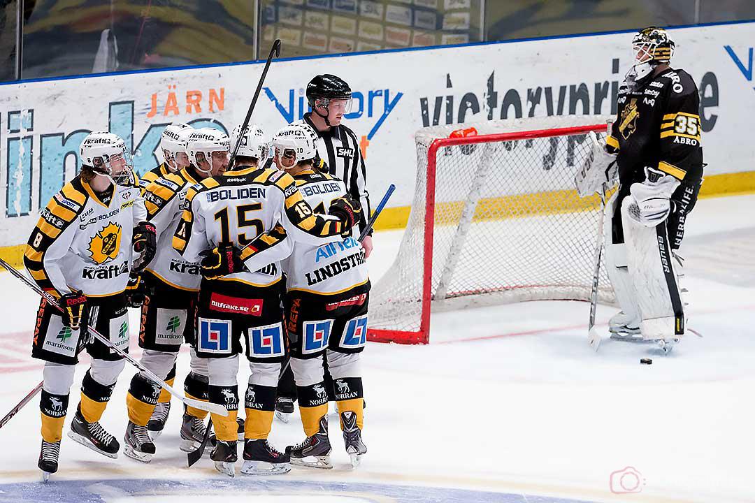 Jubel efter mål av Skellefteå Erik Andersson bakom AIK målvakt Alexander Hamberg