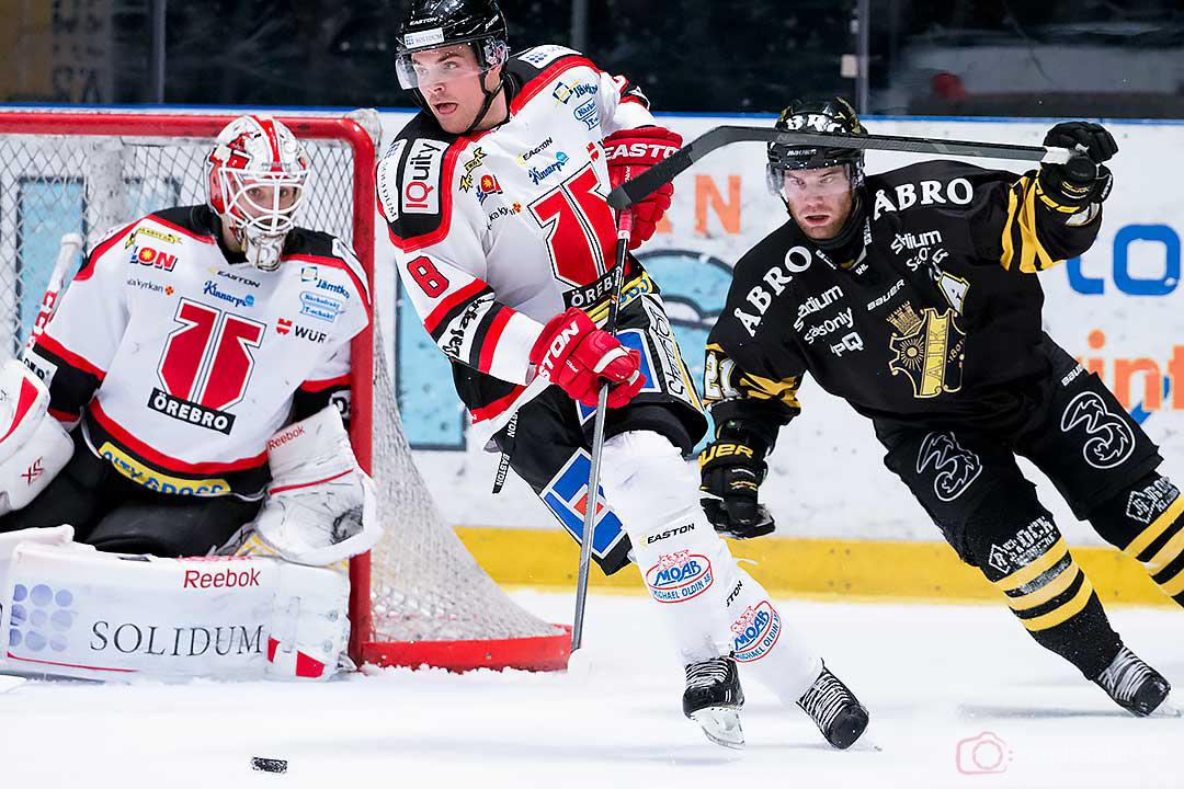 Örebro målvakt Tim Sandberg ser på när Örebro Nicholas Plastino jagas av AIK Christian Sandberg