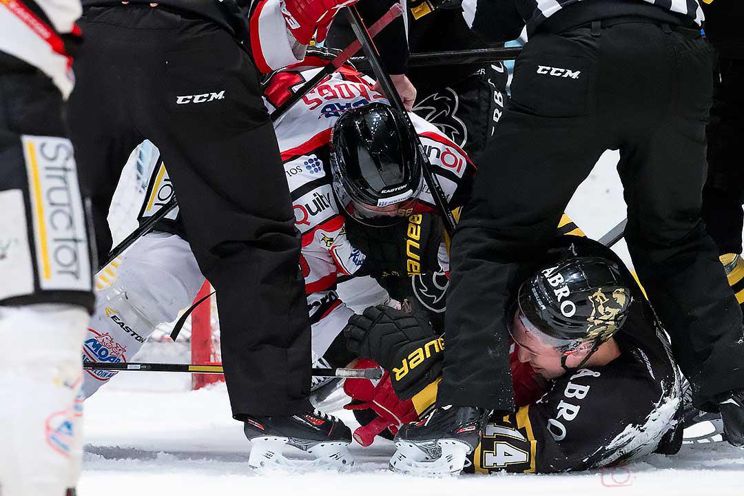 Liggande fajt mellan Örebro Tomas Skogs och AIK Mark Hurtubise