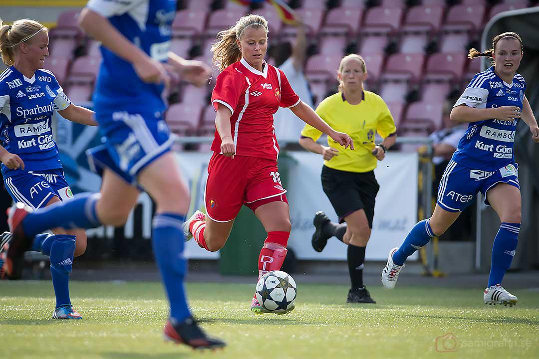 DIF Madeleine Stegius omgiven av Eskilstuna-spelare