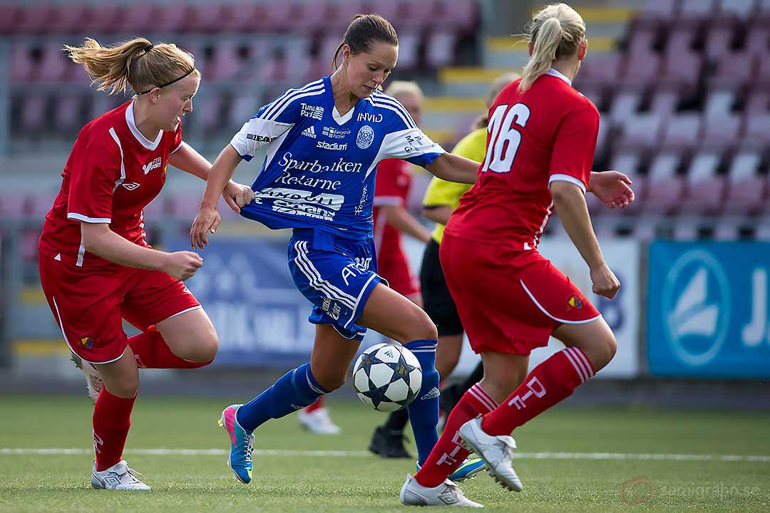 DIF Elin Linnea Nilsson och Sofia Nilsson försöker få stopp på Eskilstuna Felicia Karlsson