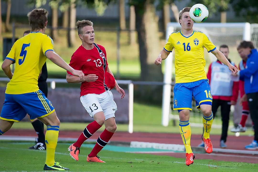 Norge Simen Kind Mikalsen mellan Sveriges Emil Krafth och Simon Tibbling