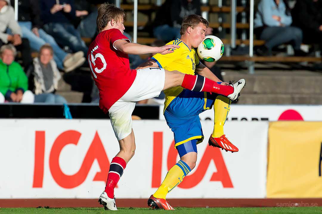 Norge Yann-Erik de Lanlay sparkar bollen i ansiktet på Sverige Simon Tibbling