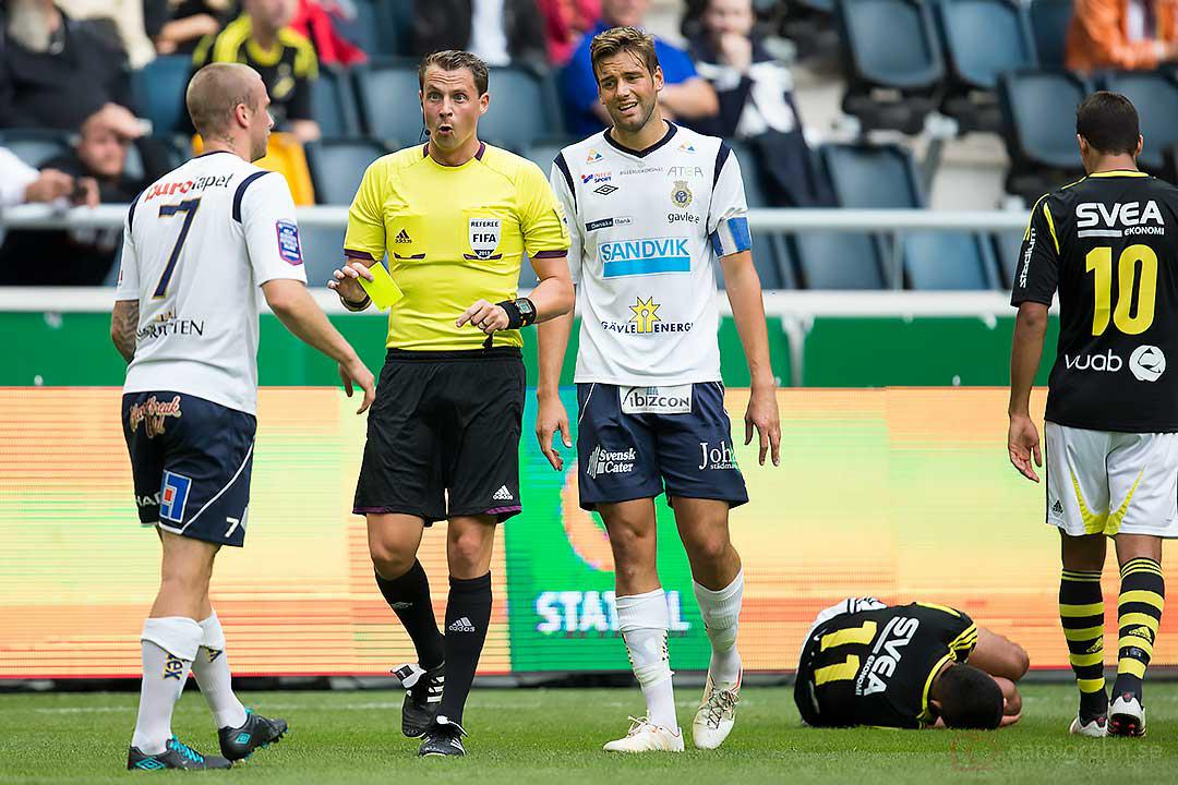 Gefle Alexander Faltsetas varnas av domare Andreas Ekberg efter att ha fällt AIK Nabil Bahoui