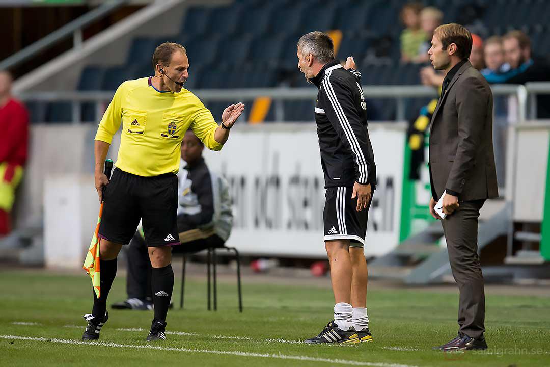 Linjedomaren ber AIK tränare Nebojsa Novakovic att tagga ned