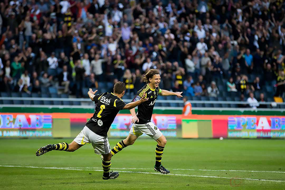 AIK Nils-Eric Johansson jublar ikapp med Niklas Backman efter sitt mål