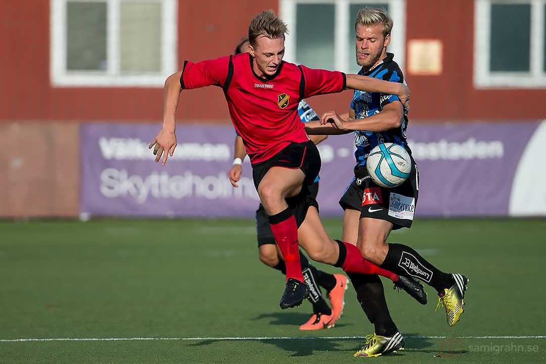 Vasalund Emil Johansson försöker få med sig bollen förbi Sirius Johan Arneng