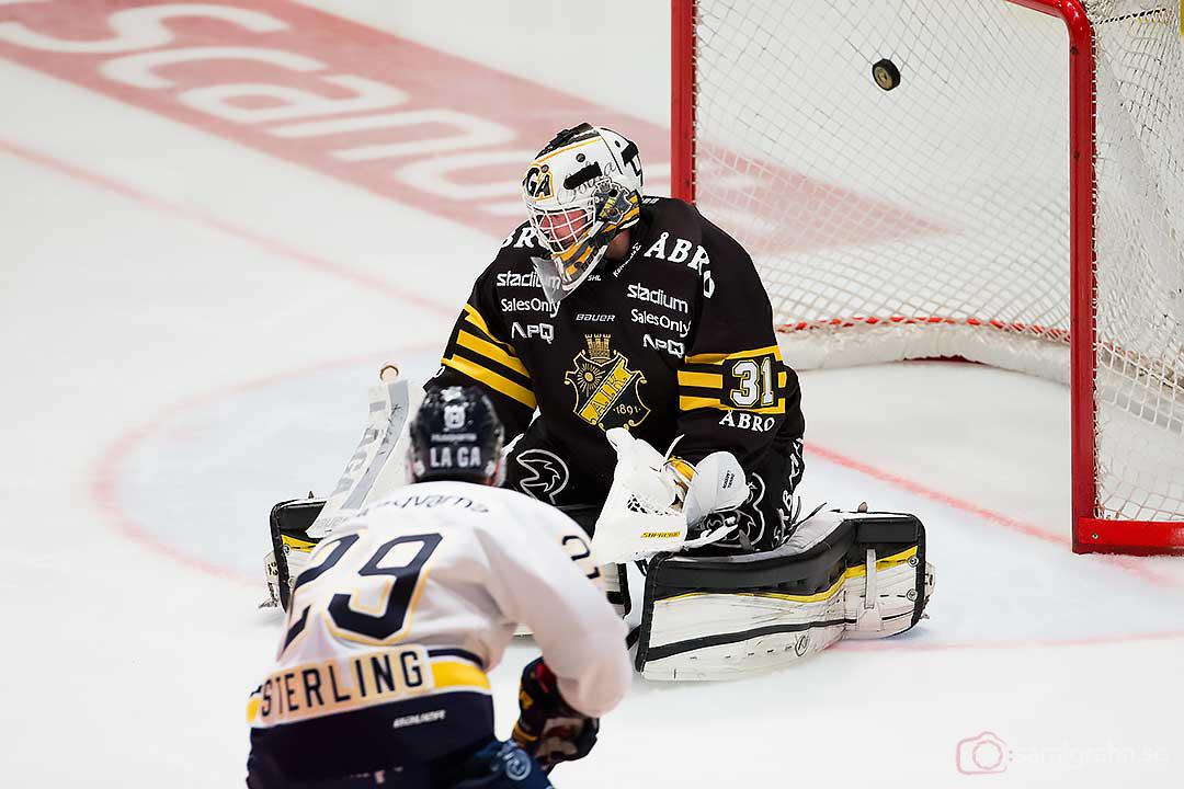 HV71 Brett Sterling gör mål bakom AIK målvakt Daniel Larsson