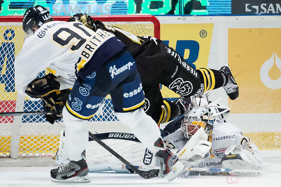 AIK Oscar Steen hoppar in framför HV71 målvakt Gustaf Wesslau och Ted Brithén
