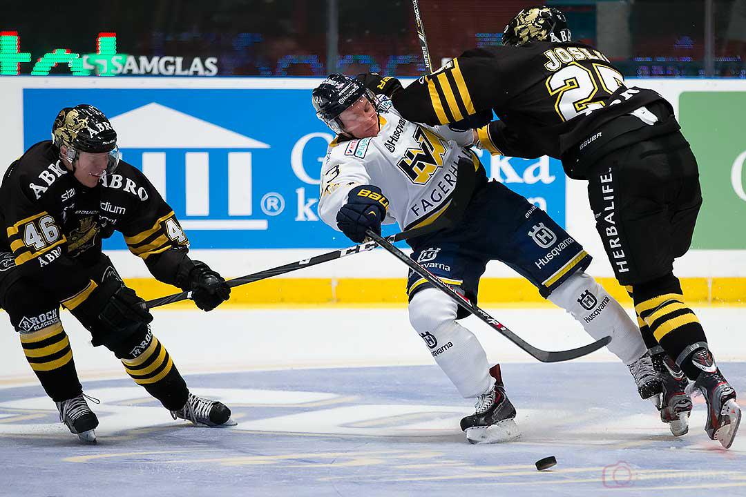HV71 Sebastian Strandberg stoppas av AIK Teemu Ramstedt och Derek Joslin