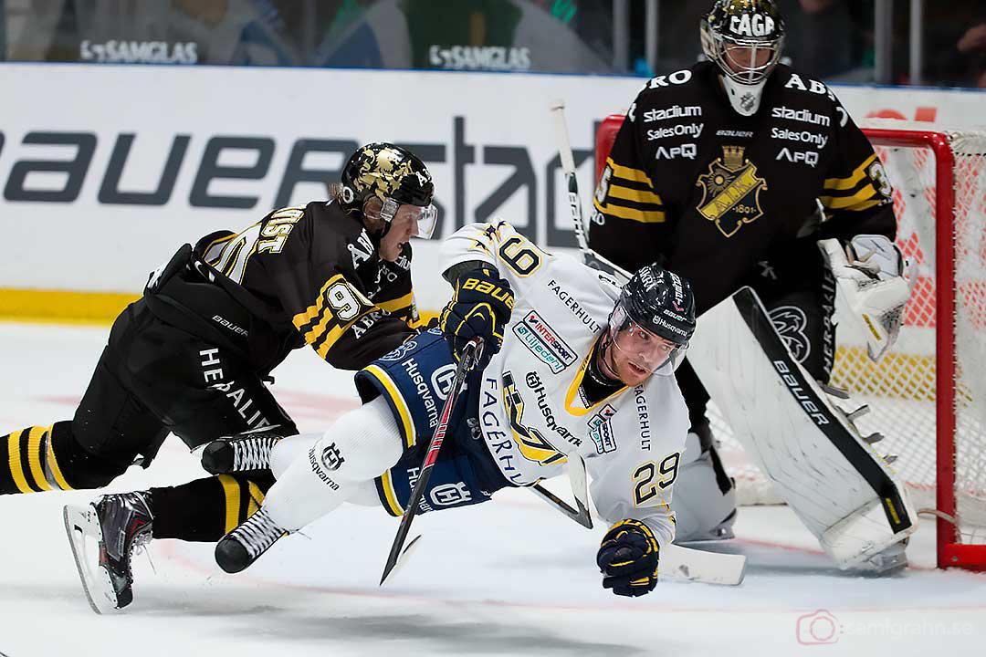 AIK målvakt Alexander Hamberg får hjälp av Christopher Aspeqvist att rensa undan HV71 Brett Sterling