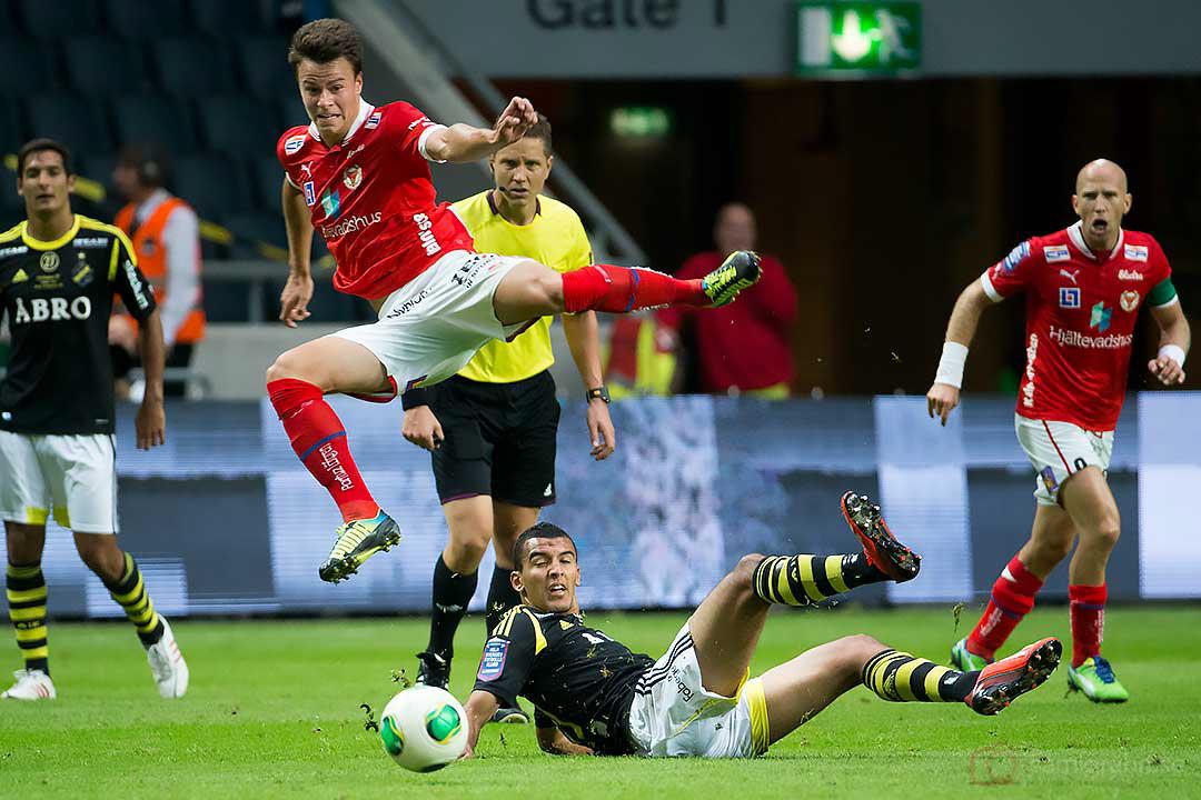 Kalmar Papa Alioune Diouf flyger över AIK Nabil Bahoui