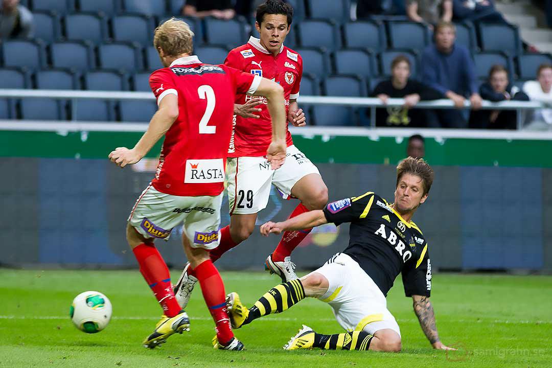 Kalmar Markus Thorbjörnsson sparkas av AIK Martin Lorentzson som sedan får gult kort