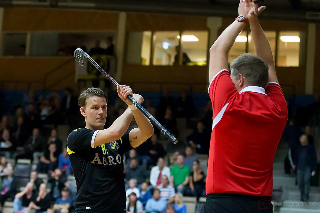 AIK Fredrik Stenswed och domare John Gundin tecknar för straff