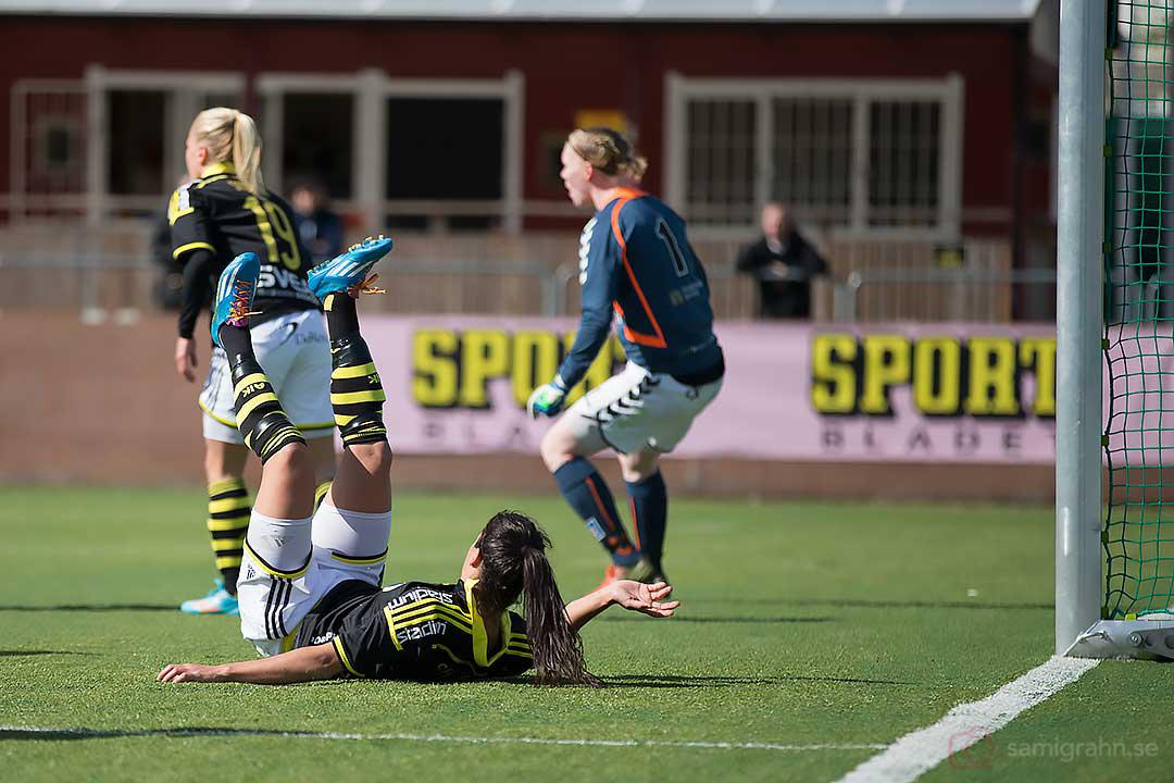 AIK Jessy Sharro på fall för Kristianstad målvakt Hedvig Lindahl