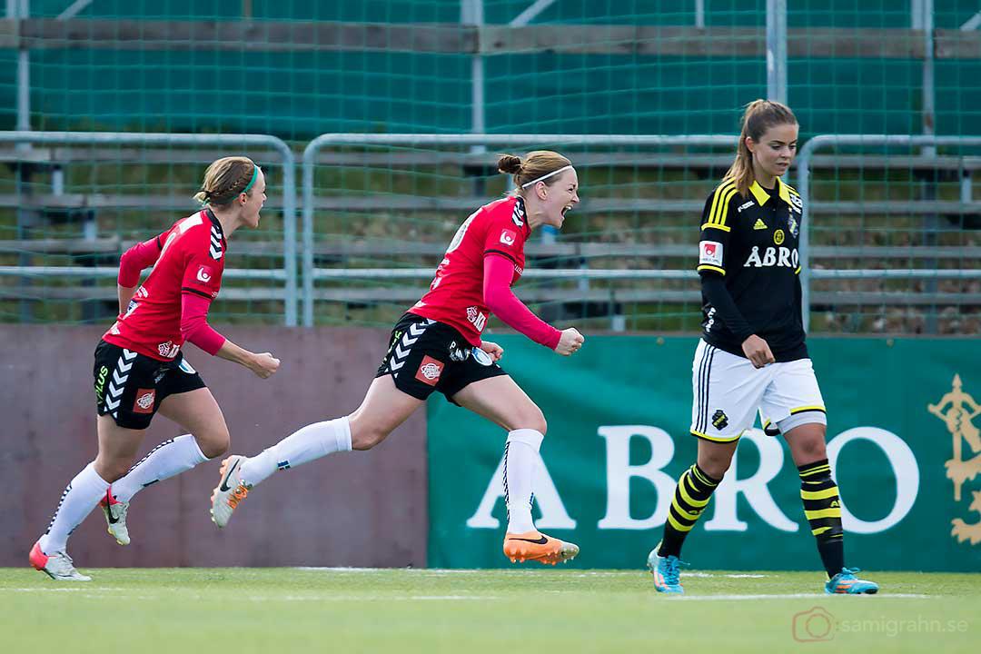 Kristianstad Mia Carlsson jublar efter sitt 0-1-mål