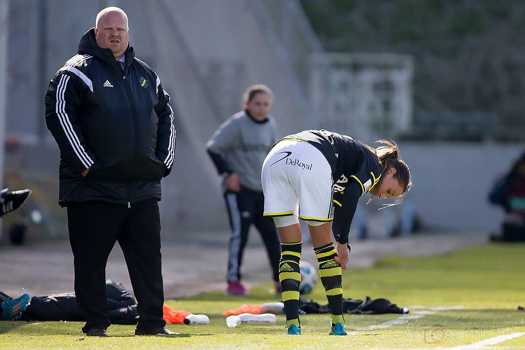 AIK Petra Andersson går av planen skadad , AIK tränare Mattias Eriksson