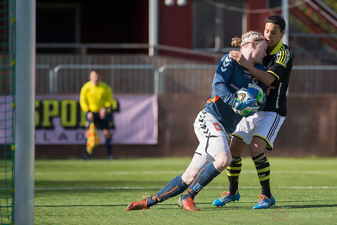 Kristianstad målvakt Hedvig Lindahl i närkontakt med AIK Jessy Sharro