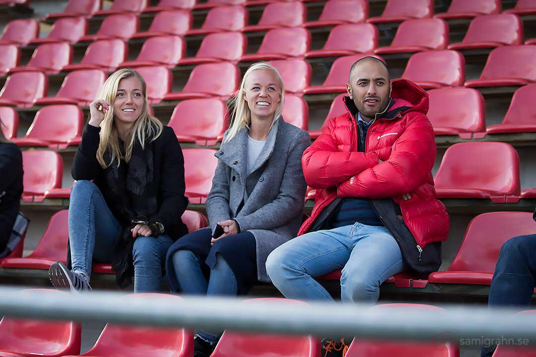 Tyresö Linda Sembrant och Caroline Seger på läktaren under matchen mellan AIK och Kristianstad