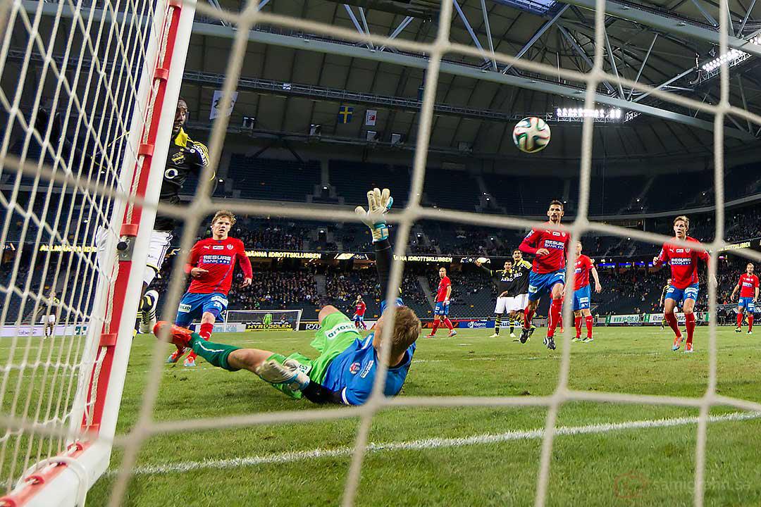 Chip i mål av AIK Henok Goitom över och förbi Helsingborg Pär Hansson