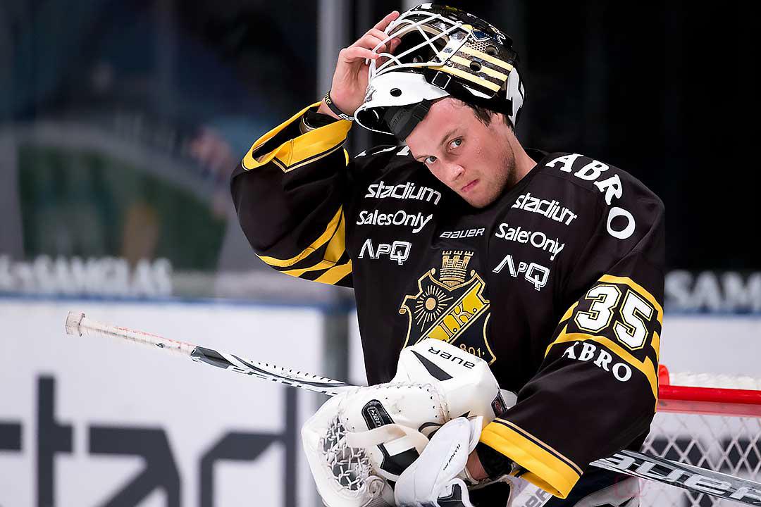 AIK målvakt Alexander Hamberg pustar ut