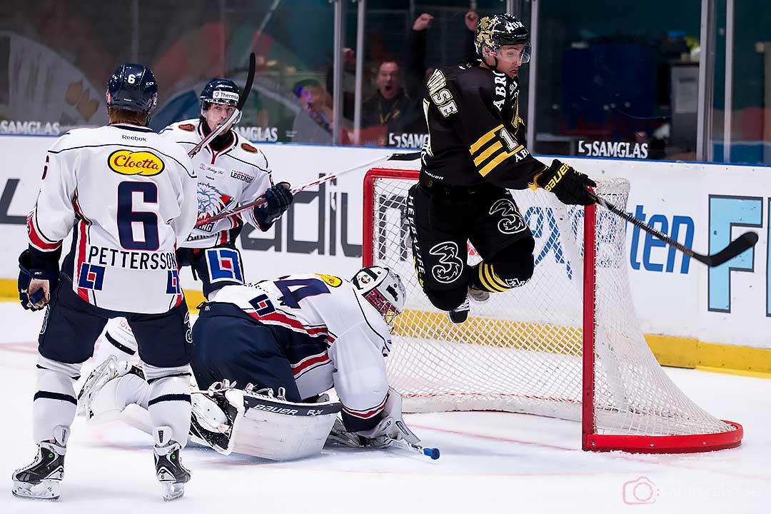 AIK Mark Hurtubise hoppar över Linköping målvakt Andreas Andersson