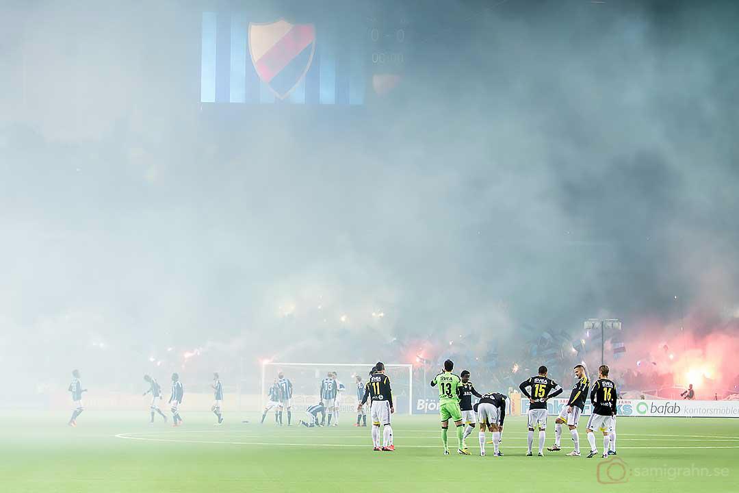 Dimman låg stundtals tät i arenan
