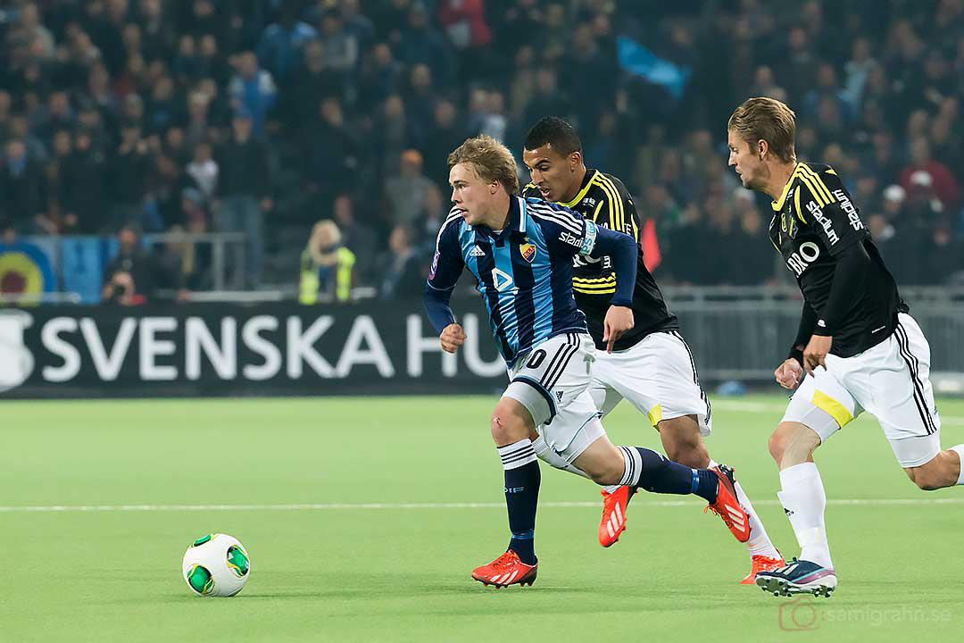 DIF Simon Tibbling jagas av AIK Nabil Bahoui och Martin Lorentzson