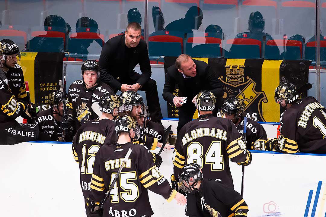 AIK tränare Rikard Franzén pratar med laget